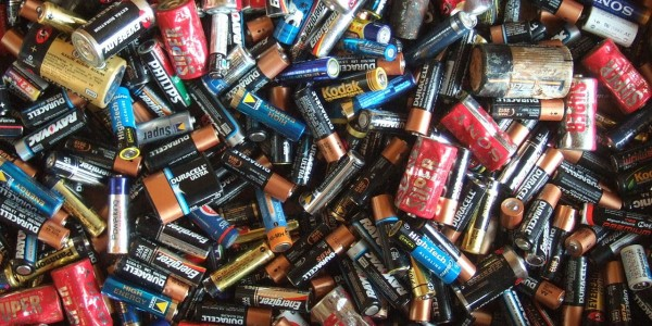 1280px-Electric_batteries